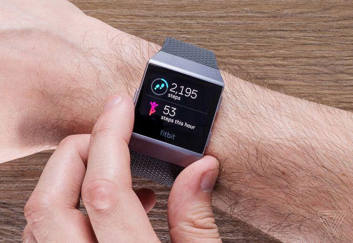 En el reloj de Fitbit predomina la pantalla táctil y el soporte de notificaciones. (Foto: The Verge)