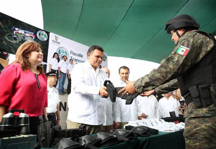 En el acto el gobernador Rolando Zapata Bello entregó equipo a la Fiscalía General de Yucatán, cuya titular, Celia Rivas Rodríguez, aparece también en la imagen. (Cortesía)