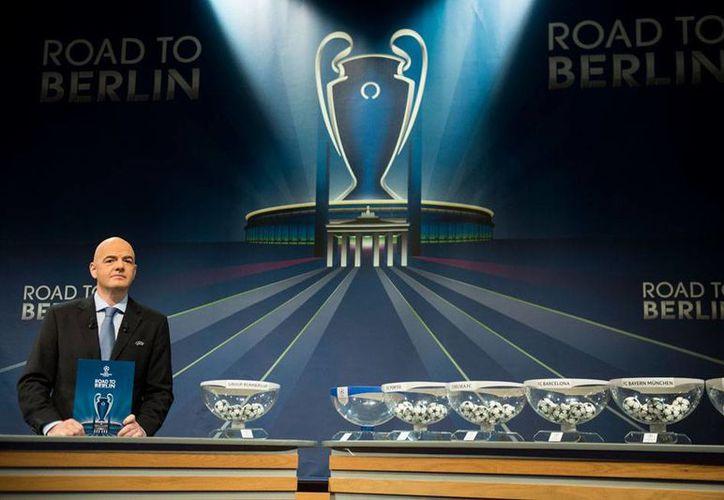 Aspecto general del sorteo en el que quedaron definidos los cuartos de final de la UEFA Champions League. (AP)