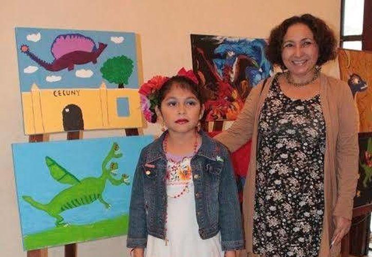Alumnos del taller de Artes Visuales exponen sus cuadros en el lobby del Teatro 'Daniel Ayala'. (Milenio Novedades)