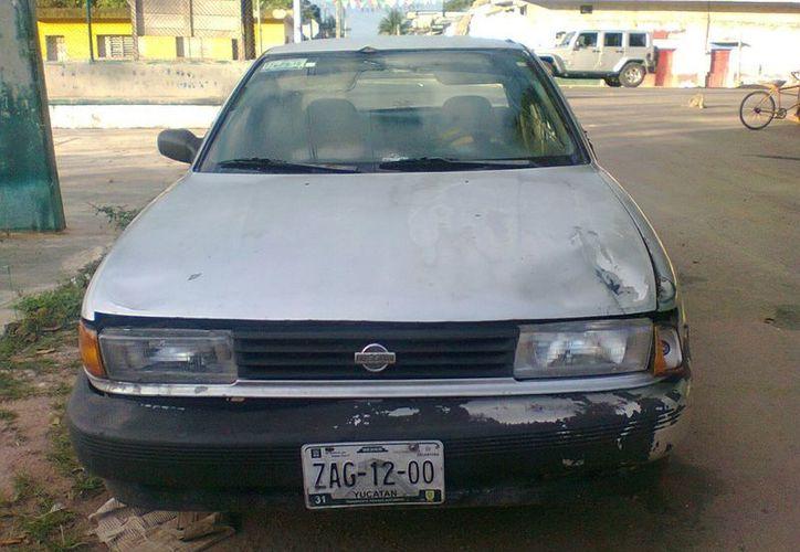 Los amantes de lo ajeno han aprovechado la oportunidad para desvalijar el automóvil. Se sospecha que sea un vehículo robado o relacionado con el crimen organizado. (Carlos Yabur/SIPSE)