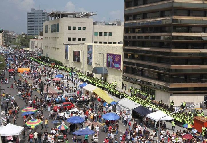Integrantes de #YoSoy132 manifestándose frente a Televisa Chapultepec. (Archivo/Notimex)