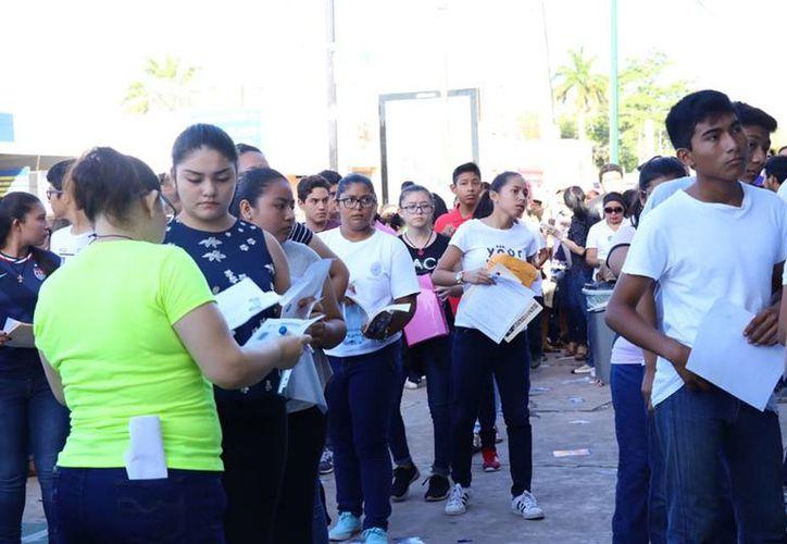 Este sábado presentaron los alumnos que desean ingresar a preparatorias y bachilleratos públicos. (Jorge Acosta/SIPSE)