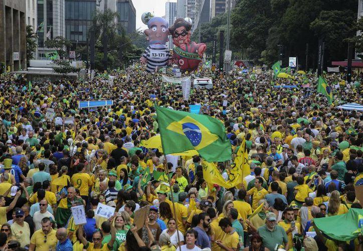 Tan solo en Sao Paulo habrían participado 2.5 millones de personas en la manifestación para exigir la inmediata salida del poder de la presidenta Dilma Rousseff. (EFE)