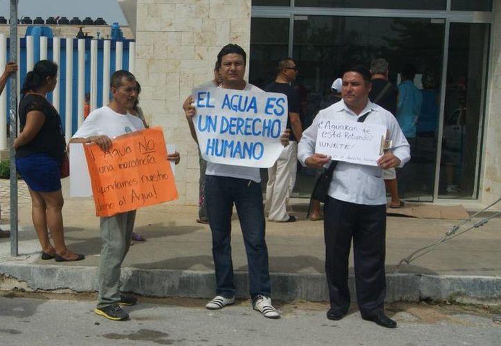 Pobladores de Playa del Carmen se han manifestado en varias ocasiones en contra de supuestos cobros excesivos de Aguakan. (Adrián Barreto/SIPSE)