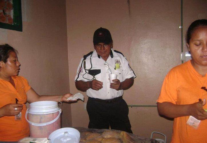 Personal de seguridad les da el acceso hasta las salas de espera, para repartir el alimento. (Harold Alcocer/SIPSE)