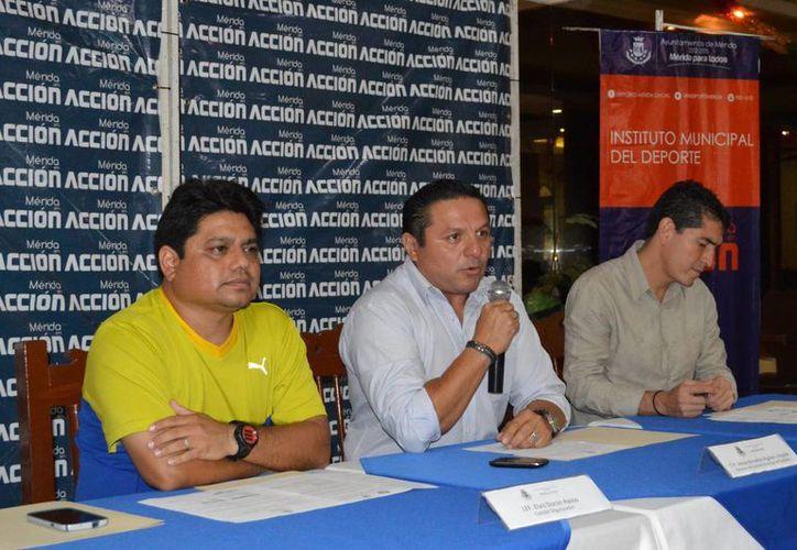 Jesús Aguilar Aguilar, director del IDEY y Elvis Durán Ayuso, coordinador del torneo, durante la presentación del mismo. (Sipse)