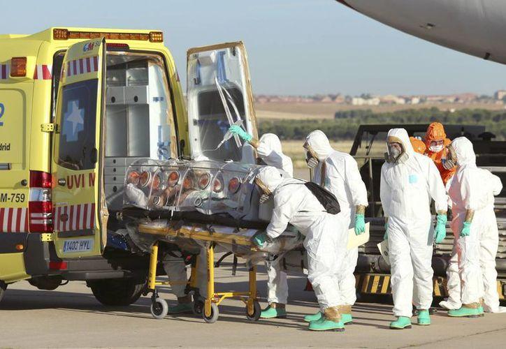 Un misionero de 75 años que trabajaba en Liberia resultó infectado con ébola y fue trasladado a España para su tratamiento. (AP)