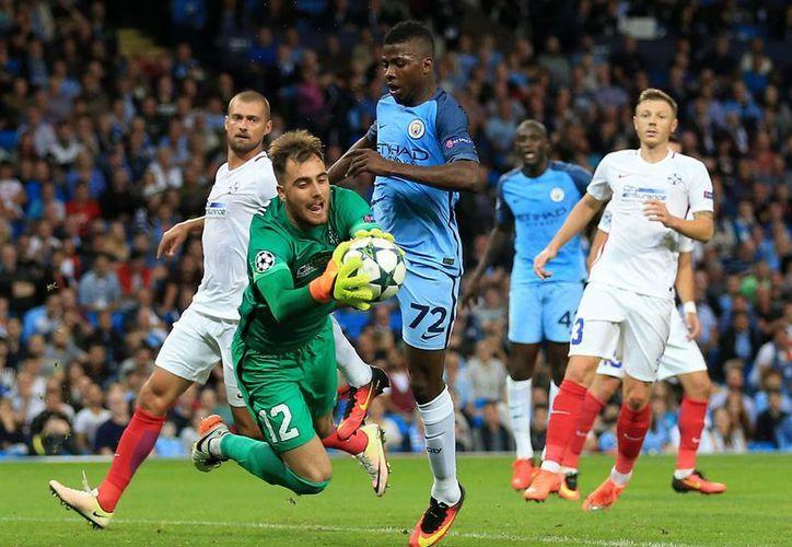 Tras ganar 5-0 en la ida el Manchester City venció 1-0 al Steaua en la vuelta para clasificar a la UEFA Champions League. (AP)