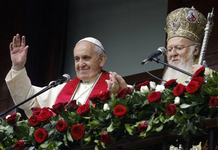 El Papa Francisco mostró en Turquía gestos amistad y unión al líder de los cristianos ortodoxos. (AP)