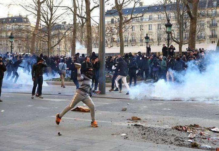 Miles de personas se manifestaron en apoyo al joven Theo, quien sufrió maltrato tras ser detenido hace unas semanas.(Francois Mori/AP)