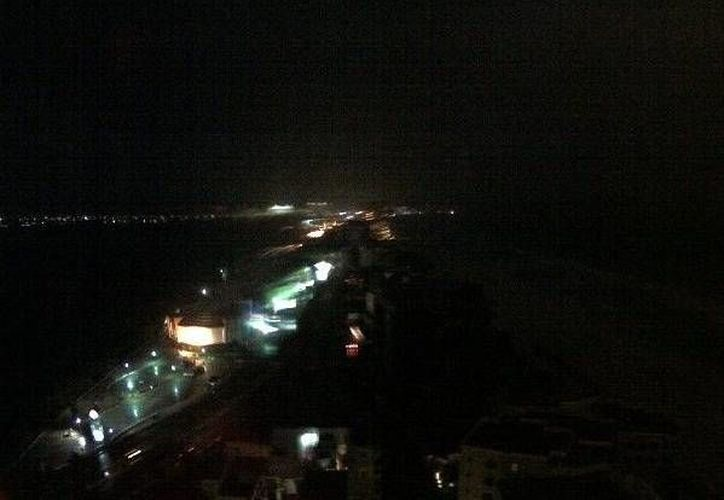 Usuarios de las redes informaron la interrupción del servicio eléctrico en la Zona Hotelera. (webcamsdemexico.com)