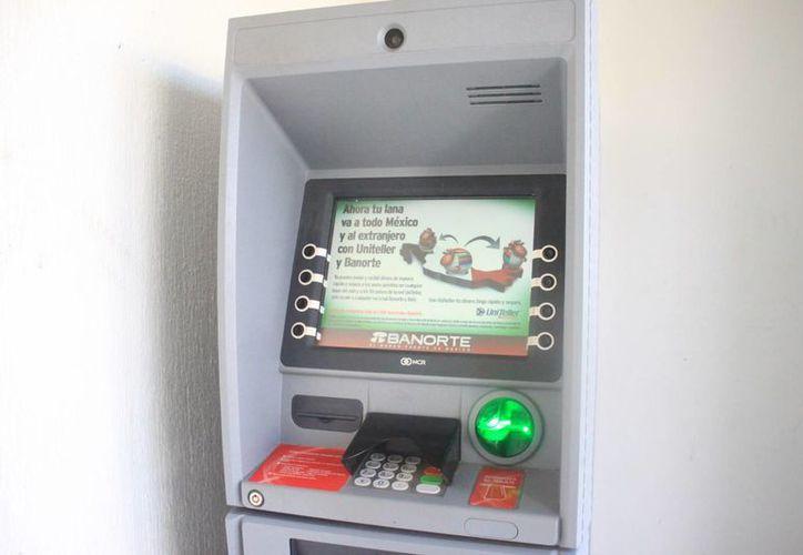 La intervención de las corporaciones policíacas es de vital importancia para gestionar la seguridad de los 50 cajeros automáticos. (Enrique Mena/SIPSE)