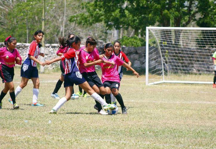 En el encuentro femenil entre el Colegio Montejo y la escuela Joaquín Peón ganó este último por 1-0. (Milenio Novedades)