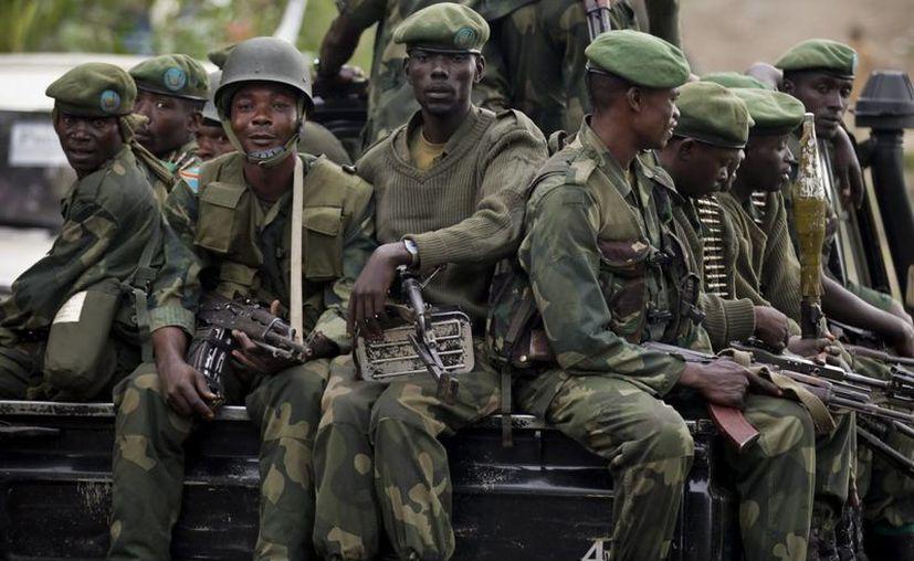 Grupo de rebeldes del Movimiento M23 abandonando la localidad de Minova al este de la República Democrática del Congo. (EFE)