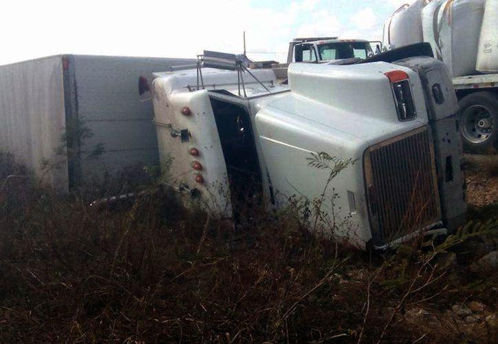 Un trailer que transportaba una carga de 100 toneladas de azúcar se volcó en la vía Mérida-Acanceh. Policías y empleados tardaron 15 horas en retirar el dulce. (Milenio Novedades)