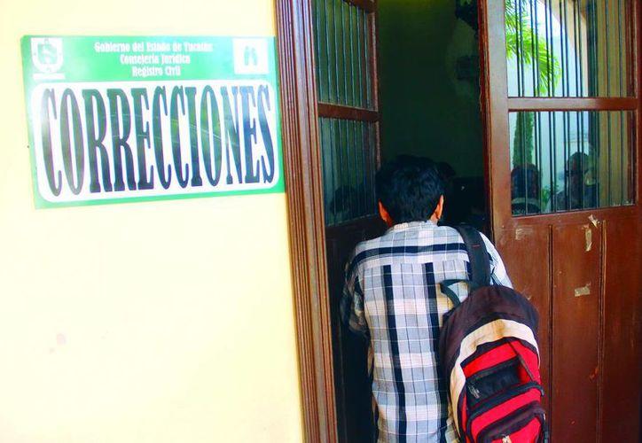 El Registro Civil recibe a gente que busca corregir su actas de nacimiento. (Juan Albornoz/SIPSE)