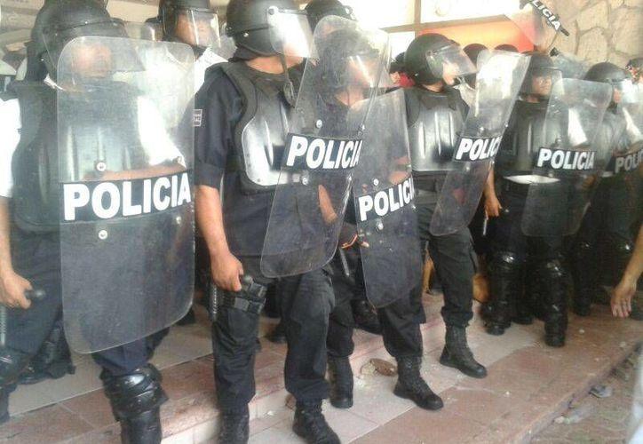 Los policías que actuaron en contra de maestros en el Palacio Municipal. (Redacción/SIPSE)