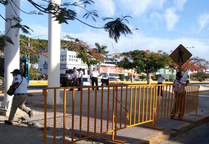 Se llevó a cabo la colocación de vallas de seguridad en la avenida Tulum para evitar el cruce de los peatones. (Redacción/SIPSE)