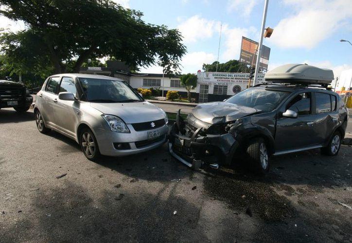 En el accidente en la colonia México, tanto la conductora de la camioneta como el de la ambulancia alegaron que el semáforo marcaba verde. (Milenio Novedades)