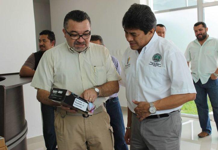 Funcionarios de la Fiscalía General de Yucatán observan un detector y probador de piedras preciosas. que es uno de los modernos equipos con los que ahora cuenta la dependencia. (Cortesía)