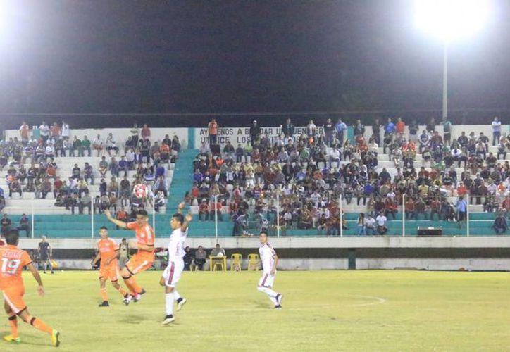 Para usar el estadio de fútbol 10 de Abril, los equipos de las ligas locales pagan alrededor de mil 600 pesos. (Miguel Maldonado/SIPSE)