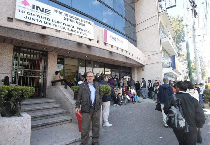 El INE prevé entregar fichas a los ciudadanos para evitar largas esperas. (Notimex)