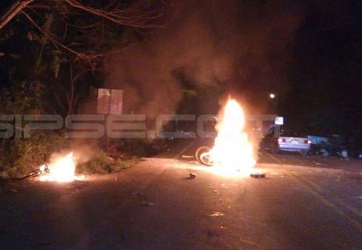 Un grupo de agitadores prendió fuego a una moto en Catzín, Chemax. (Milenio Novedades)