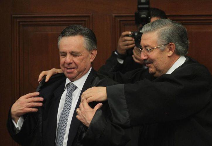 El presidente de la Corte, Luis María Aguilar Morales, impuso a Medina Mora Icaza la toga ministerial que por ley corresponde vestir a los ministros en las audiencias del pleno y de las Salas. (Notimex)