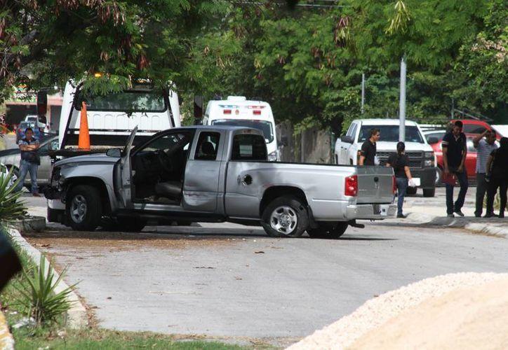 Al registrar la camioneta encontraron mil cartuchos, 80 cargadores, 30 kilos de droga y 10 armas largas. (Sergio Orozco/SIPSE)