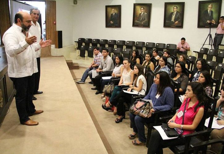 El diputado Luis Hevia Jiménez dirige un mensaje a los jóvenes de la Universidad Modelo que participan en el Taller Legislativo. (SIPSE)