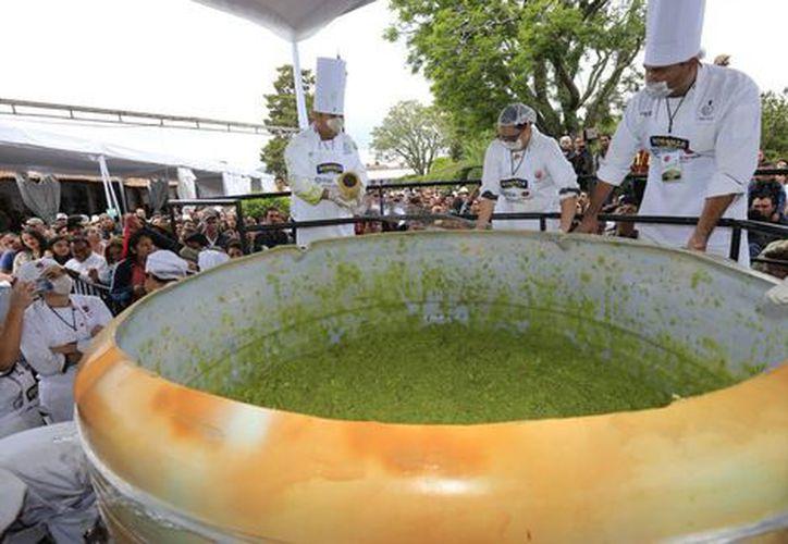 La hazaña finalizó con una verbena en la que los asistentes degustaron del guacamole que se repartió de manera gratuita. (Milenio)