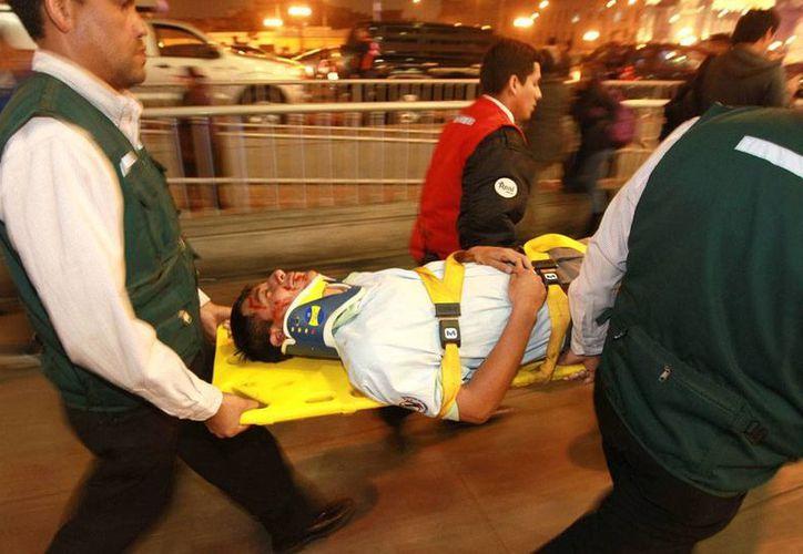 Al menos 16 heridos dejó un sismo que se sintió el martes en el sur de Perú. En la imagen, un herido es trasladado a una zona de seguridad, en una calle del centro de Lima (EFE/Archivo).