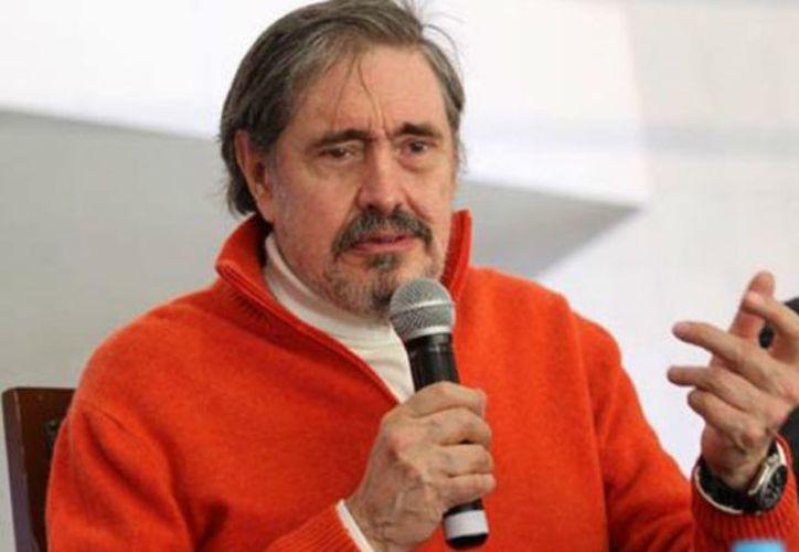 A su regreso a México, Perelló combinó su carrera como periodista, locutor y maestro de ciencias en la UNAM. (Proceso)