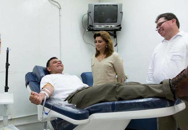 En el marco del Día Mundial del Donador de Sangre, el gobernador del Estado, Rolando Zapata Bello, donó una unidad en el Centro de Transfusiones del hospital 'Agustín O'Horán'. (yucatan.gob.mx)