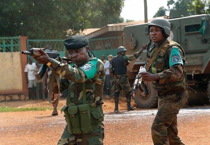 Efectivos de una fuerza regional africana de paz dispersaron a una multitud furiosa. (Agencias)