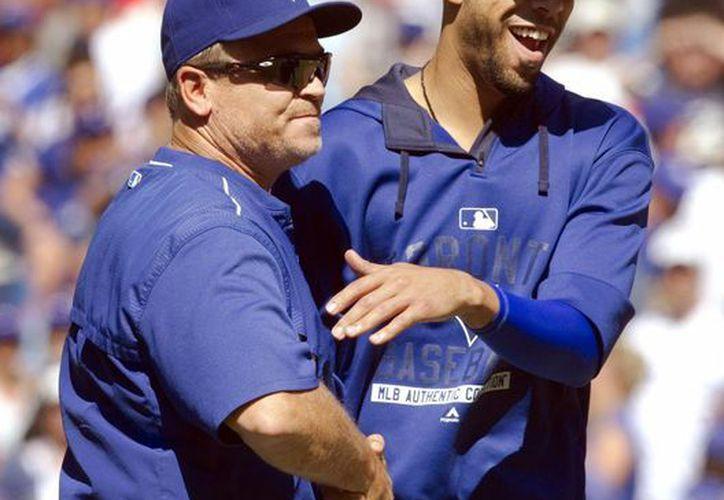 El coach de Azulejos de Toronto, John Gibbons, recibió una suspensión por haberse involucrado en un pleito ante Reales de Kansas City. En la foto, el lanzador inicial David Price (d), recibe una felicitación de Gibbons. (Foto: AP)