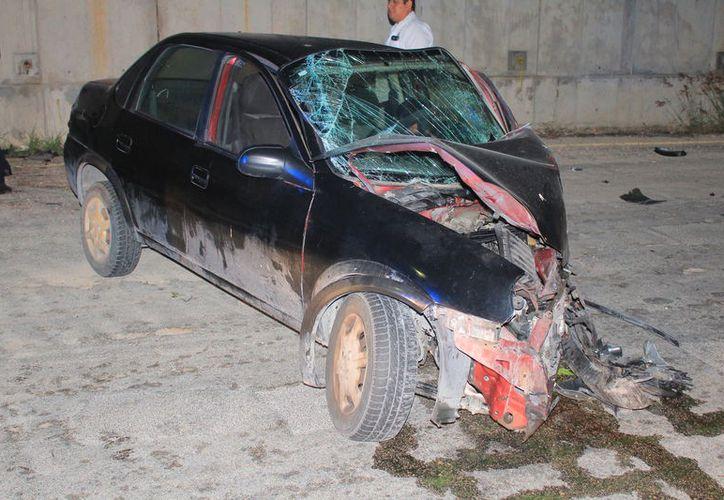 Cuerpos de emergencia se hicieron cargo del vehículo, mientras el conductor fue trasladado al hospital. (Redacción/SIPSE)