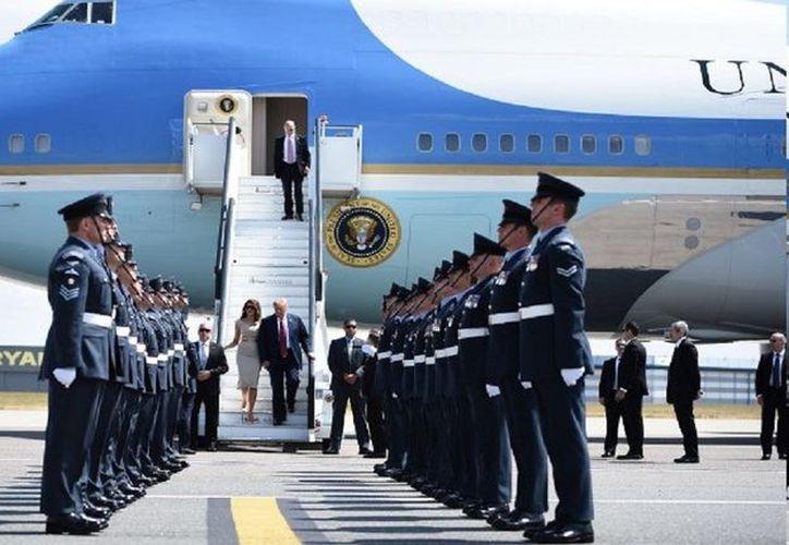 Tras asistir a la cumbre de la OTAN en Bruselas, Donald Trump arribó al aeropuerto londinense de Stansted. (AP)