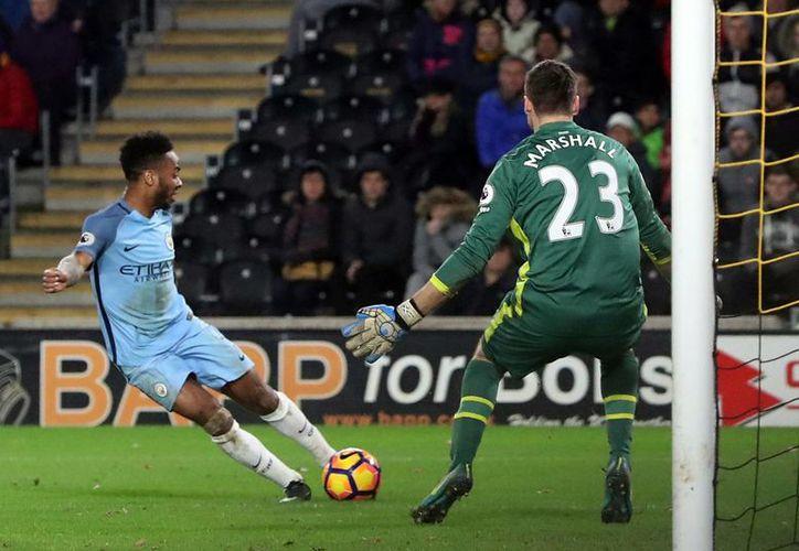 Raheem Sterling conectó el balón, pero al final se produjo un autogol del Hull en la victoria del Manchester City. (AP)