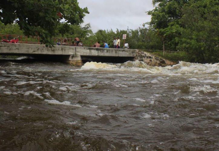 Imagen de un río a punto de desbordarse por las lluvias. En Guatemala, aproximadamente  590 mil personas fueron afectadas por el mal tiempo. (Archivo/SIPSE)