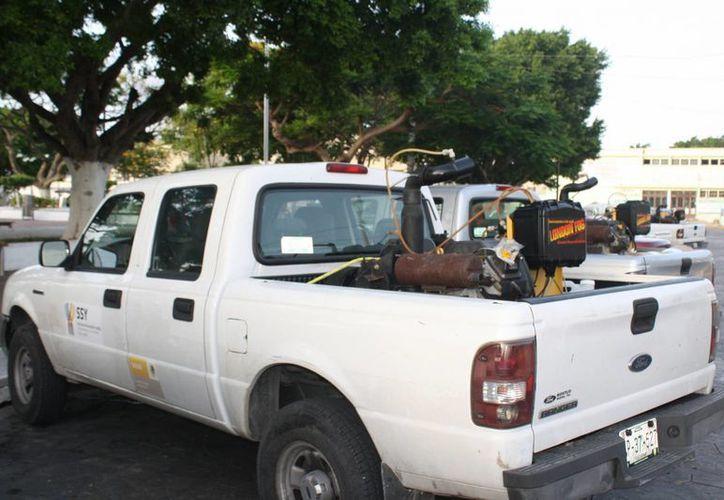 Una de las camionetas que participan en la fumigación en Progreso y sus comisarías. (Manuel Pool/SIPSE)