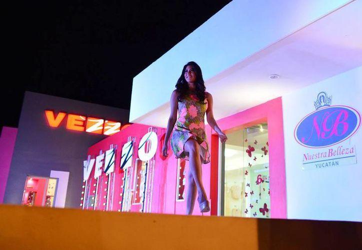 Las aspirantes a Nuestra Belleza lucieron exclusivos modelos. (Luis Pérez/SIPSE)