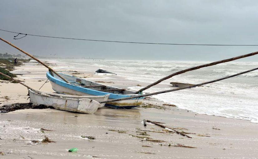 El adverso clima no solo obliga a muchos pescadores a dejar de trabajar sino que sus lanchas se dañan (Foto: Gerardo Keb/Milenio Novedades)