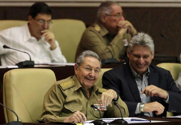 El presidente de Cuba, Raúl Castro, sonríe durante la sesión plenaria de fin de año del Parlamento cubano en La Habana. (Agencias)