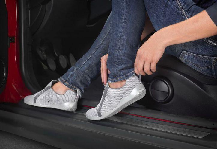 """Las mujeres que las han probado le han comentado que conducir con """"Nubhes"""" es """"como conducir con zapatillas. (EFE)"""