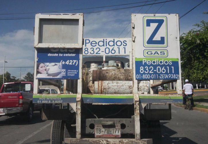 Los camiones en ocasiones no cumplen con las medidas de seguridad, al momento de transportar cargas pesadas. (Harold Alcocer/SIPSE)