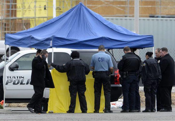En Las Vegas  oficiales realizan las tareas periciales del tiroteo registrado este jueves. (EFE)