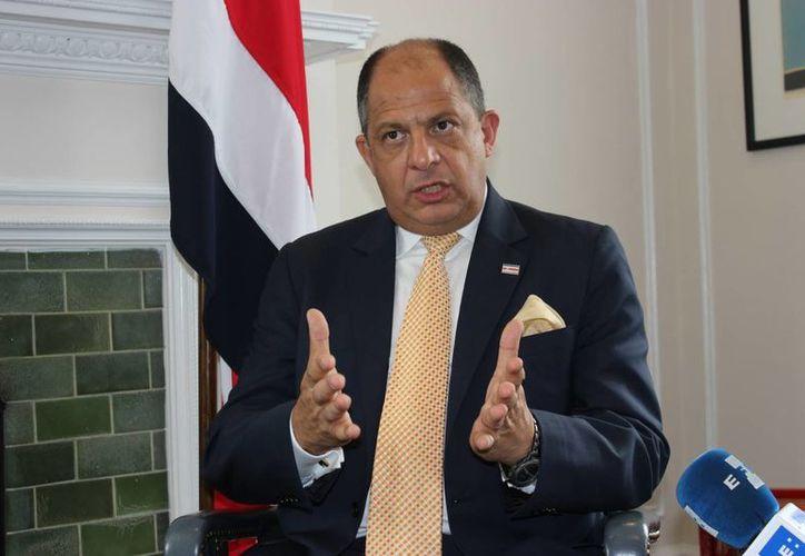 El presidente de Costa Rica, Luis Guillermo Solís, dio permiso para que los empleados públicos del país puedan ver los partidos ante Inglaterra e Italia. (EFE)
