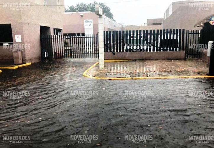 El agua acumulada en la entrada a urgencias de la T1 tuvo que ser drenada durante casi un día. (Novedades Yucatán)